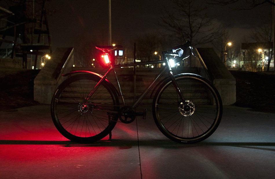 O ciclista deve utilizar uma luz de presença a frente de cor branca com emissão contínua e outra a retaguarda de cor vermelha com emissão continua ou intermitente.
