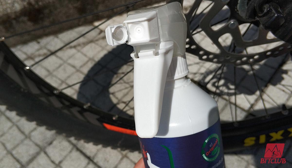 O bico do Squirt Bio Bike Cleaner permite usar a pulverização em espuma